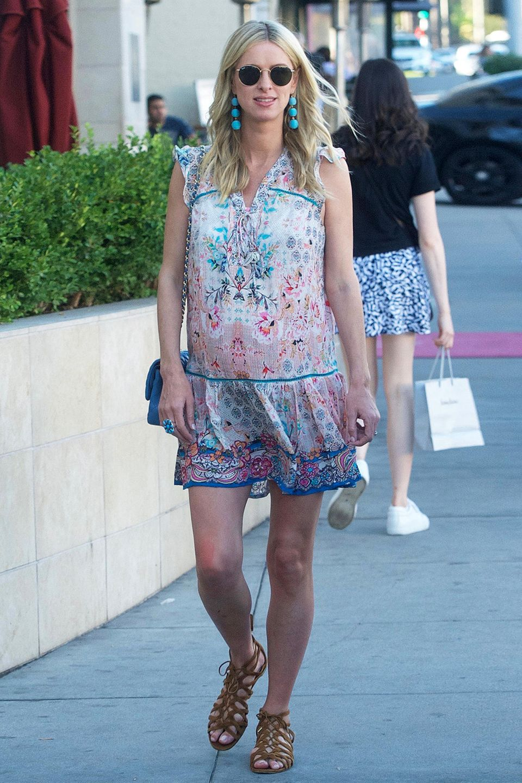 In Los Angeles ist es auch Ende November noch warm genug, um wie die schwangere Nicky Hilton im farbenfrohen Sommerkleid und Sandalen auf Shoppingtour zu gehen.