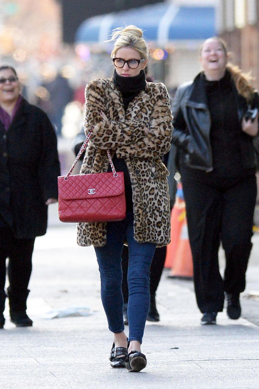 Nicky Hilton wärmt ihre süße Babykugel im kuscheligen Leo-Print Mantel, Blickfang ist aber eher noch die rote Chanel-Tasche.