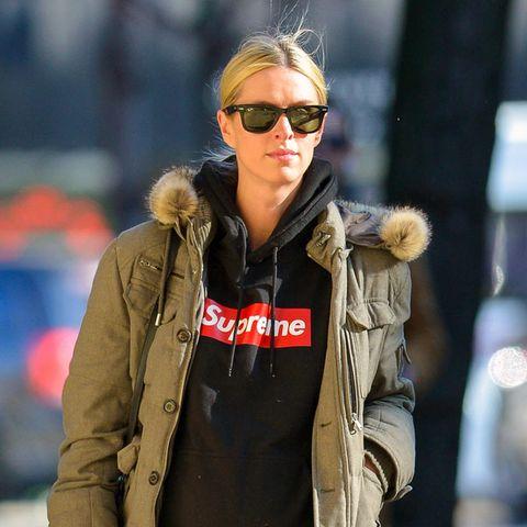 Lässig bis zur Geburt: Nicky Hilton streift mit ihrem runden Babybauch in schwarzer Lederhose und sportlichem Hoodie durch Manhattan.