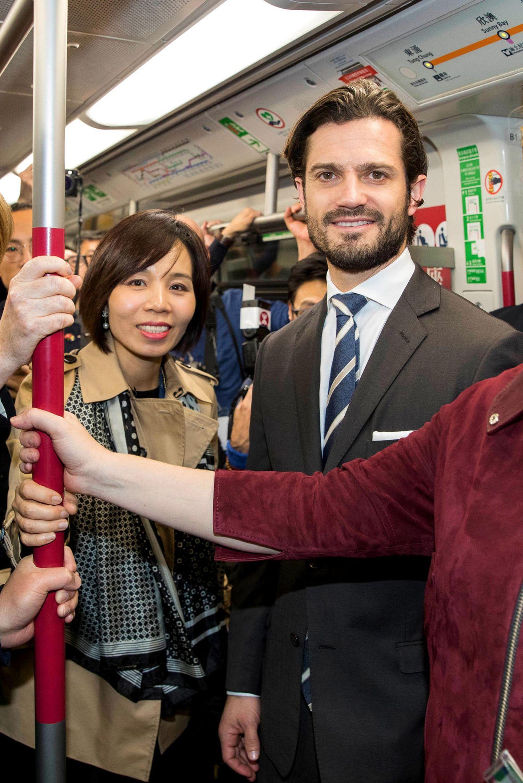 Prinz Carl Philip besucht mit einer Wirtschaftsdelegation Hongkong und reist dabei stilecht mit der U-Bahn zum nächsten Termin.