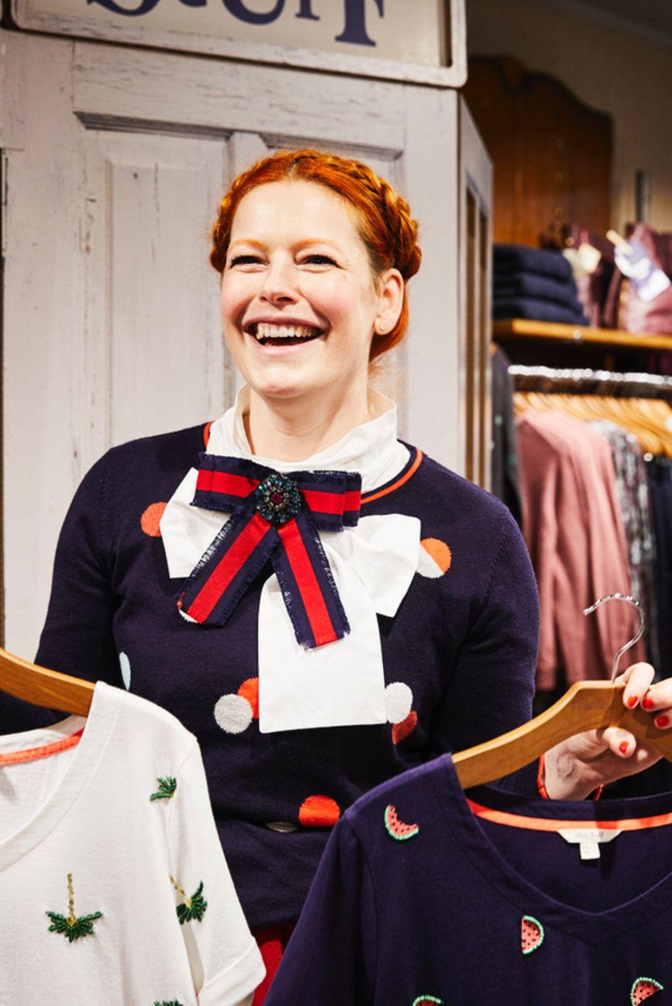 """5. Dezember 2107  Auch wenn der weihnachtlich geschmückte Shop etwas anderes vermuten lassen würde, Enie van de Meiklokjes und das britische Fashion-Label """"White Stuff"""" präsentieren in Köln die kommende Frühjahr/Sommer-Kollektion."""