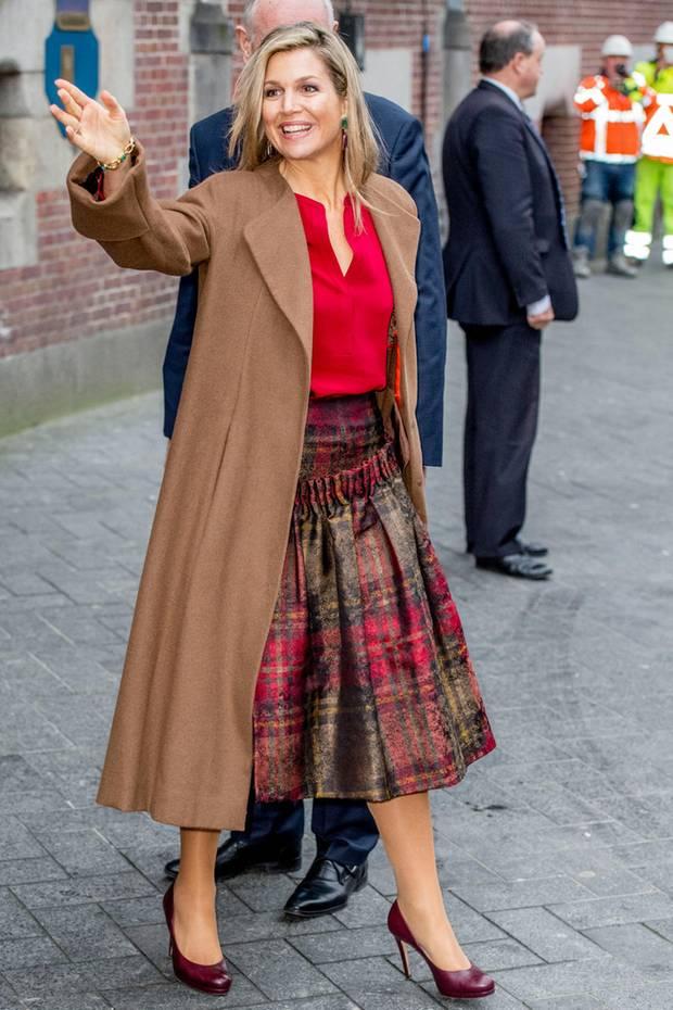 Auch wenn es Anfang Dezember schon ziemlich eisig ist, beweist Königin Máxima, dass es nicht immer der dicke Wintermantel sein muss. In einem Ensemble aus Wollrock- und Mantel strahlt sie noch immer wie ein Sonnenschein. Da werden Wind und Kälte zur Nebensache.