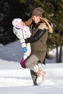 9. Dezember 2017  Michelle Hunziker tobt mit ihren Töchtern durch die weiße Landschaft.