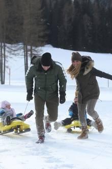 9. Dezember 2017  Der Spaß geht weiter: Mama Michelle Hunziker und Papa Tomaso Trussardi müssen kräftig ziehen und düsen mit Celeste und Sole davon.