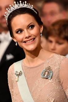 Prinzessin Sofia funkelt bei der Nobelpreis-Verleihung mit einem ganz besonderen Schmuckstück. Sie trägt ihr Hochzeitsdiadem, welches sie zur Hochzeit mit Carl Philip von ihren Schwiegereltern geschenkt bekommen hat. Aber auch ihr Kleid überzeugt ...