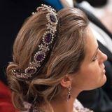 Mehr als Haarkranz trägt Prinzessin Madeleine die Amethyst-Tiara von Königin Josephine, und kombiniert mit dem passenden Collier und den Ohrringen ist die eindrucksvolle Parure komplett.