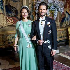 In einem mintfarbenen Kleid erschien Prinzessin Sofia zum Galadinner zu Ehren der Nobelpreistäger. Ihr Look überzeugt mit Cape-ähnlichen Ärmeln und neben den sonst eher rosigen Roben fällt Sofia als kleiner Farbtupfer positiv heraus.