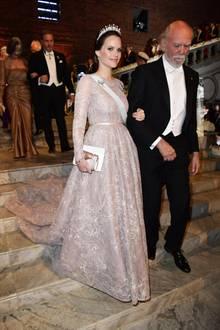 Das bodenlange Spitzenkleid wirkt sehr elegant und betont die Taille von Prinzessin Sofia.