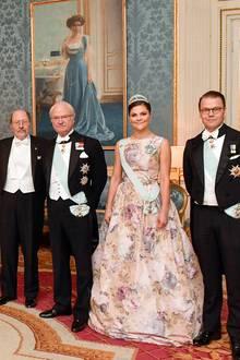 Royale Pracht, Teil 2: Nach den fulminanten Feierlichkeiten zum Nobelpreis steht in Stockholm immer noch das Königsdinner im Königlichen Palast an, zu dem alle Nobelpreisträger, hier der Medizin-Professor Jeffrey Hall links neben König Carl Gustaf, eingeladen sind. Von links:Chris O´Neill, Prinzessin Madeleine, Prinzessin Sofia, Prinz Carl Philip, Königin Silvia, König Carl Gustaf, Prinzessin Victoria und Prinz Daniel.