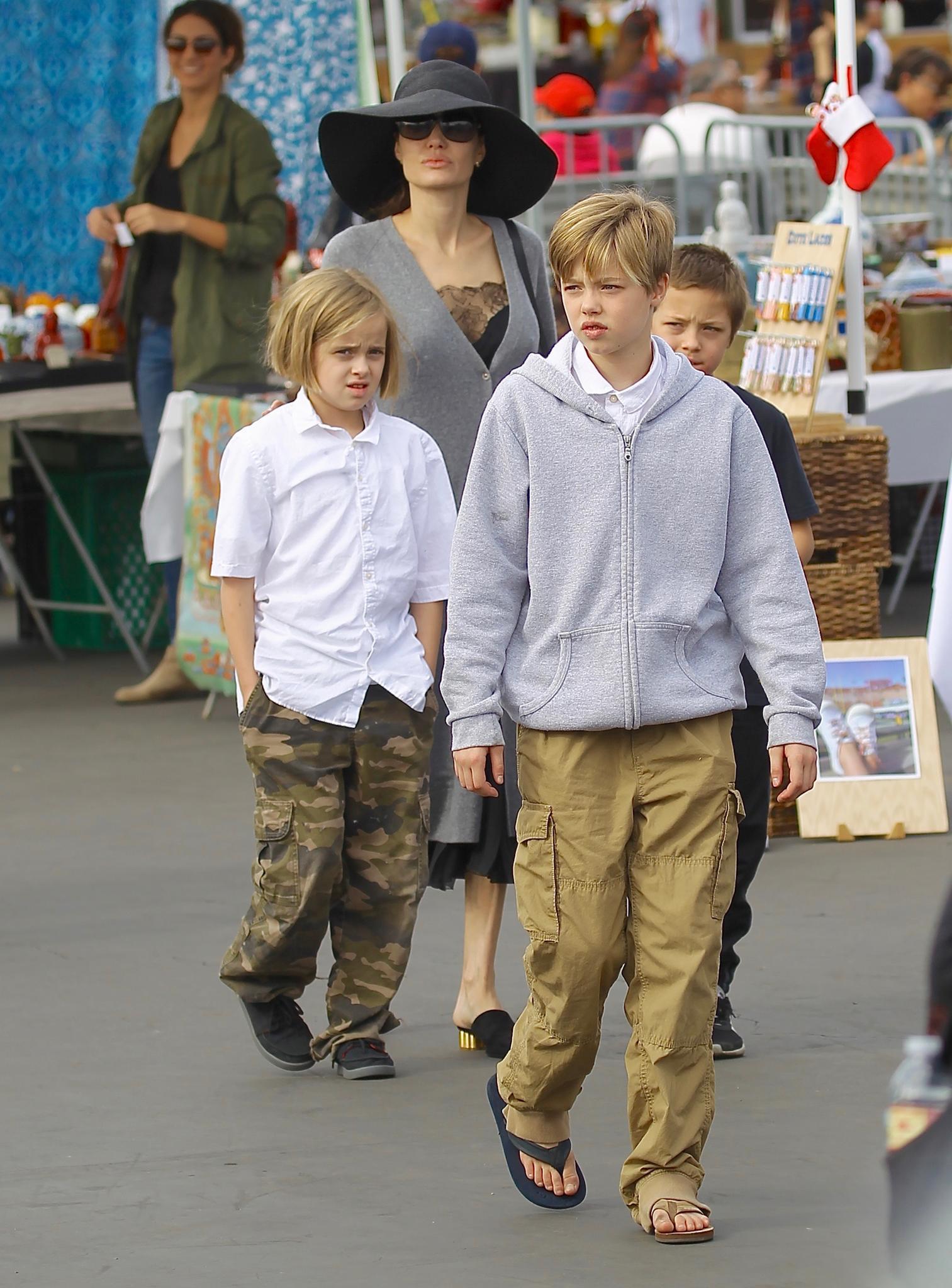 Im Alter von neun Jahren mag Vivienne Jolie-Pitt Ende 2017 lieber leger: Tomboy-Look statt Girlie-Fashion. Da haben auch die langen Haare ein Nachsehen und weichen einem Short-Bob. Ihrer Schwester Shiloh (vorne) sieht sie jetzt noch ähnlicher.