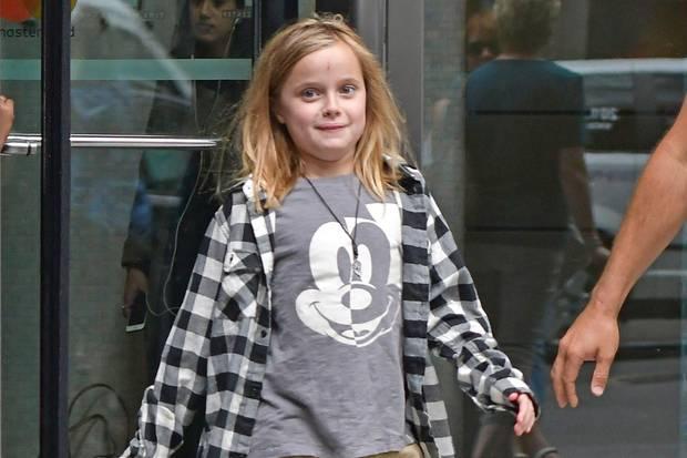 Die jüngste Tochter von Angelina Jolie und Brad Pitt am 14. September 2017 in New York. Die Haare kürzer, der Look mit Karo-Hemd, T-Shirt und Kargo-Hose deutlich lässiger als früher.