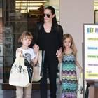 Im Juli 2015 zeigt sich die siebenjährige Vivienne, hier mit Mama Angelina und Zwillingsbruder Knox, im buntem Maxi-Kleid und mit langen Haaren in Los Angeles.
