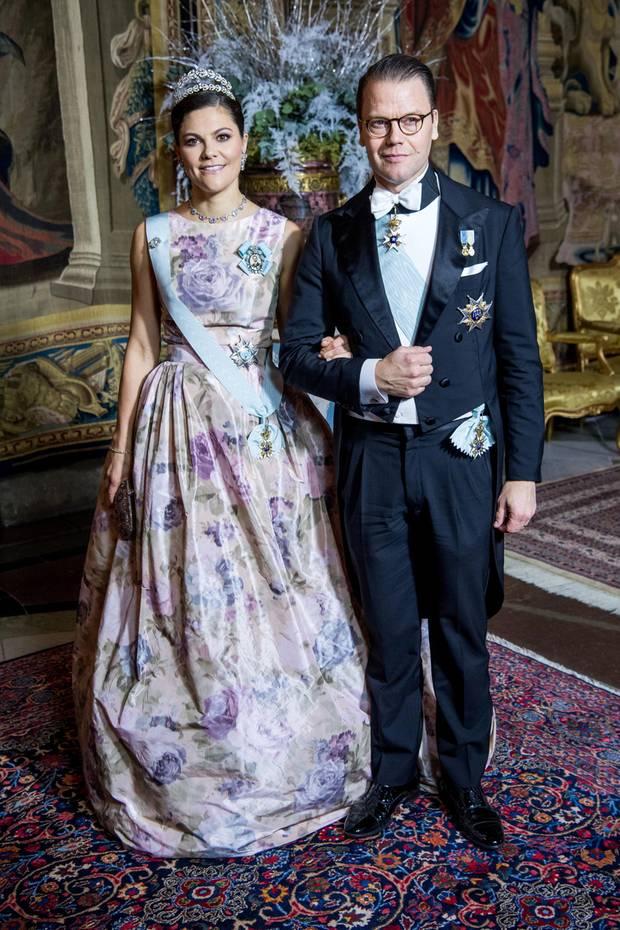 Beim königlichen Dinner für die Nobelpreisträger am Tag nach der Preisverleihung in Stockholm, bezaubert Prinzessin Victoria in einer floralen Traumrobe an der Seite ihres Ehemanns Prinz Daniel.