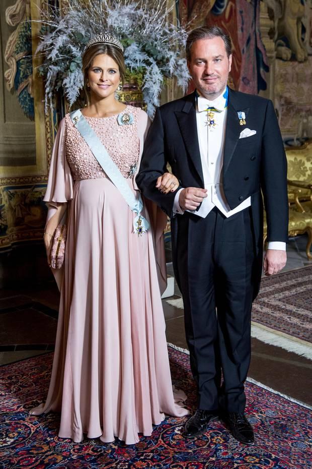 Zum Galadinner für die Nobelpreisgewinner erscheint Prinzessin Madeleine, wie auch schon zur Verleihung, in einer rosefarbenen Robe. Die edle Kreation ist aus dem Hause Elie Saab (um 3.120 Euro), ebenso ihre Clutch (um 1.750 Euro). Ob Madeleine mit diesen Looks auf das Geschlecht ihres Kindes hinweist?