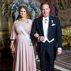 Zum Galadinner für die Nobelpreisgewinner erscheint Prinzessin Madeleine, wie auch schon zur Verleihung, in einer rosefarbenen Robe. Die edle Kreation ist aus dem Hause Elie Saab (um 3.120 Euro), ebenso ihre Clutch (um 1.750 Euro).