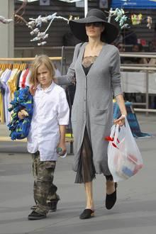 Angelina Jolie schlendert mit Vivienne am 10. Dezember 2017 über einen Markt in Los Angeles.