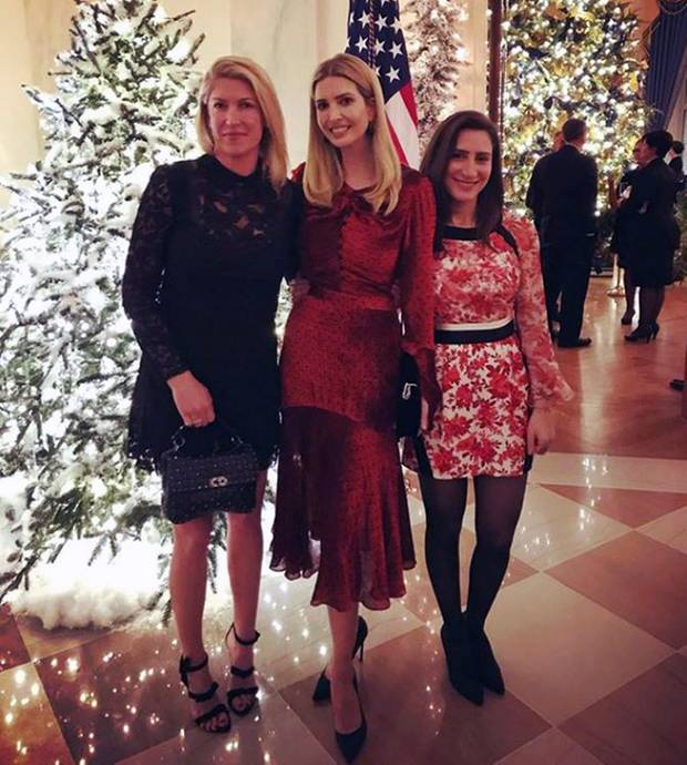 Ivanka Trump hat ihre Weihnachts-Outfit bereits gefunden und posiert in einem eleganten, roten Midikleid vorm Weihnachtsbaum im Weißen Haus.