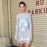 Streetstyle-Queen Katie Holmes sieht im süßen helbluen-weißen Spitzen-Dress fast ungewohnt aus.