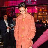 Einen Hauch von Jackie O. verbreitet Katie Holmes im lachsfarbenen Retro-Mantel mit extragroßen Knöpfen.