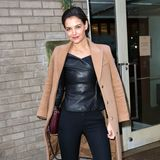 "Der klassische Kamelhaarmantel trifft bei Katie Holmes auf ein sexy Leder-Top. So lässig gestylt besucht sie die ""Hearst 100 Holiday""-Party in New York."
