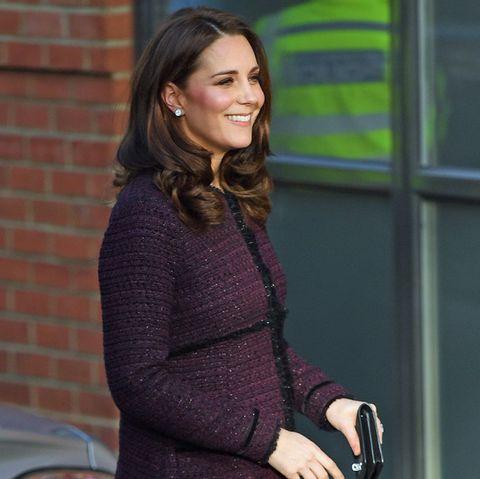 Von der Seite ist das wachsende Babybäuchlein deutlich zu sehen. Wie immer hält die strahlende Gattin von Prinz William schützend ihre Clutch vor die Körpermitte.
