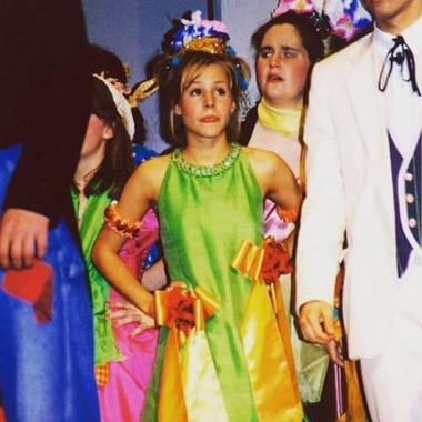 Theateraufführung in der Highschool als Karriere-Sprungbrett? Bei Kristen Bell hat das geklappt, und sie teilt süße Bilder ihrer ganz frühen Anfänge mit ihren Fans auf Instagram.
