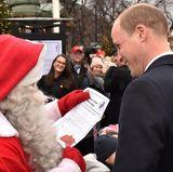 30. November 2017  Prinz William hat einem Weihnachtsmann in Finnland den Wunschzettel von Prinz George mitgebracht - was der sich wohl wünscht?