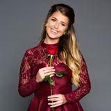 """Lisa (23), Make-Up Artist aus Dortmund  Ausgeschieden in Folge 1  1994 in Unna geboren, wohnt Lisa heute in der Nähe von Dortmund. Dort macht sie ihre Leidenschaft zum Beruf und arbeitet als Make-Up Artist bei einem italienischen Kosmetikunternehmen. In ihrer Freizeit tanzt Lisa gerne und verbringt am liebsten Zeit mit ihrer Familie.  Lisa, die sich als lebensfroh, launisch, intelligent und mitreißend beschreibt, ist seit einem Jahr Single und möchte sich endlich wieder verlieben - und zwar in den Bachelor! Das Motto der 23-Jährigen dafür: """"Wer nicht wagt, der nicht gewinnt"""". Ihren Traummann malt sie sich als einen liebevollen und humorvollen Partner aus, der genau in den richtigen Momenten zum Romantiker wird. Ob das Timing des Bachelors passt?"""