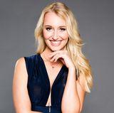 """Janina (24), Fitnesstrainerin aus München  Ausgeschieden in Folge 5  Geboren in Augsburg und aufgewachsen in Spanien, hat sich Janina mit ihrer Familie inzwischen im Landkreis München niedergelassen. Dort ist die lebensfrohe Fitnesstrainerin erwiesenermaßen die Schönste im ganzen Land, konnte sie doch die Miss Bayern Wahl 2016 für sich entscheiden. """"Das eröffnete mir viele Türen und gab mir die Chance auch als Model arbeiten zu können"""".  Wenn Janina, seit einem Jahr Single, in ihrer Freizeit nicht auf Reisen ist, geht sie zum Sport oder übt sich in Fotografie. Die sympathische Powerfrau bezeichnet sich als chaotischen, liebevollen und stets gut gelaunten Familienmenschen. Sie ist mit drei Brüdern aufgewachsen, durch """"die ich gelernt habe, mich gegen andere durchzusetzen und schlagfertig mit allen Situationen umzugehen"""". Ob ihr das beim Kampf um den Bachelor Vorteile verschafft?"""