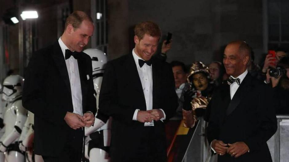 """Beinahe ehrfürchtig begegneten Prinz William und Prinz Harry dem """"Star Wars""""-Roboter BB-8 auf dem roten Teppich"""