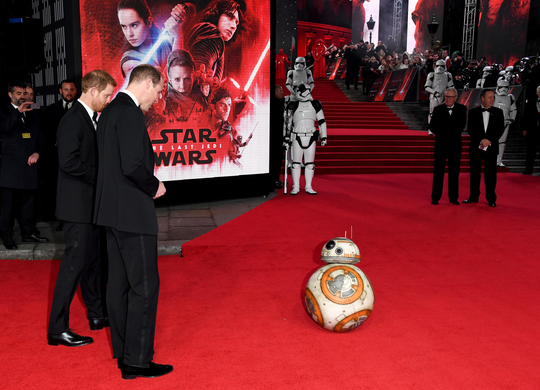Prinz Harry und Prinz William mit BB-8.