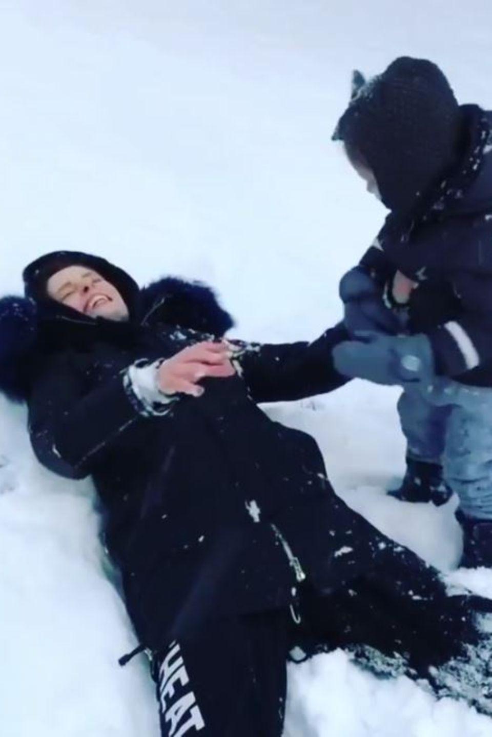 Coco Rocha und Töchterchen Ioni werden im New Yorker Winter zu süßen Schneeengeln.