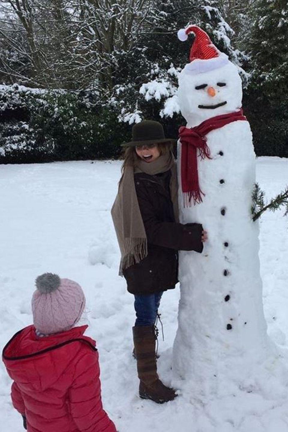 Willst du einen Schneemann bauen? Geri Halliwell und Tochter Bluebell bauen gemeinsam ein besonders schönes Exemplar.
