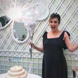 """10. Dezember 2017  Jessica Alba freut sich riesig. Ihr süße Baby Shower ist ein voller Erfolg. Über der leckeren Torte steht`s geschrieben: """"It´s a boy!"""""""