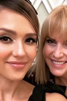 10. Dezember 2017  Mutter Catherine Alba ist natürlich während der Baby Shower an Jessicas Seite.