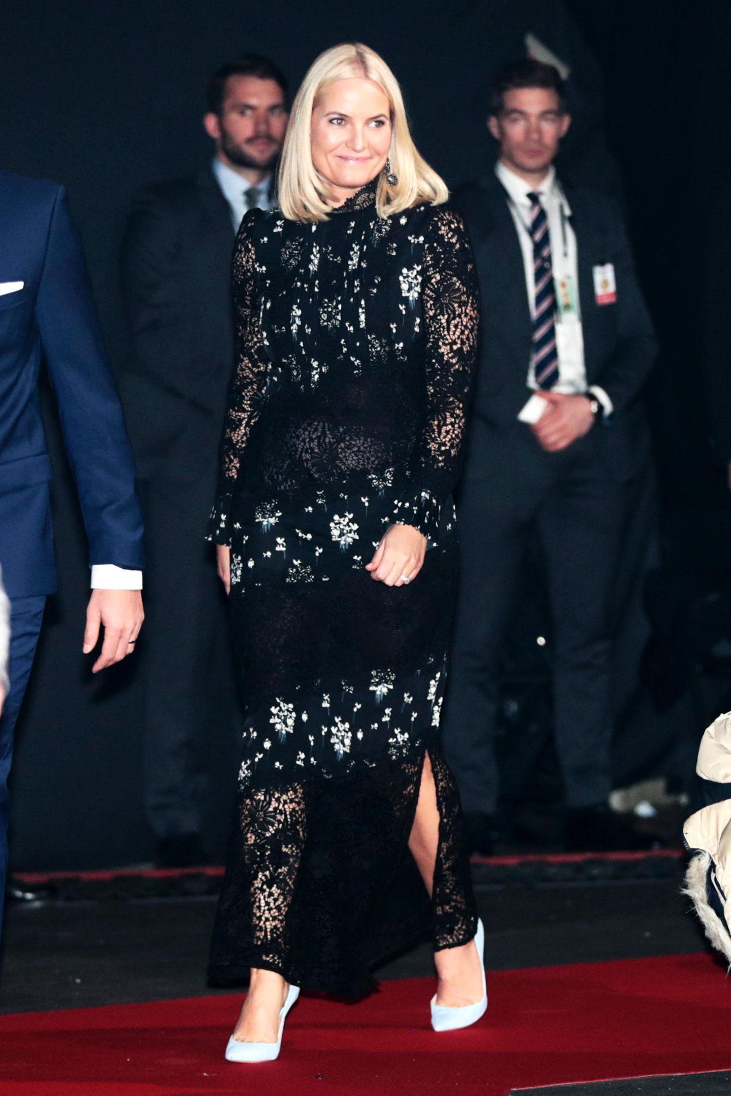 """Beim Friedensnobelpreis-Konzert in der """"Telenor Arena"""" in Oslo feiert Prinzessin Mette-Marit in einem schwarzen Kleid aus Spitze, mit floralen Einsätzen. Ein royaler Auftritt in einem Modell aus der """"Erdem x H&M""""-Kollektion, für rund 299 Euro."""