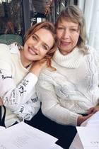 Die beiden haben sich gern: Supermodel Natalia Vodianova und ihre Mutter Larisa rücken für ein gemeinsames Foto zusammen.