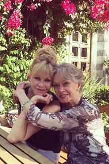 """""""Mit meiner jung gebliebenen und wunderschönen Mama. Sie ist 87 und lebt das Leben in vollen Zügen"""", postet Schauspielerin Melanie Griffith. Tippi Hedren ist keine Unbekannte: Unter anderem war sie die Hauptdarstellerin in den Hitchcock-Filmen: Die Vögel und Marnie."""