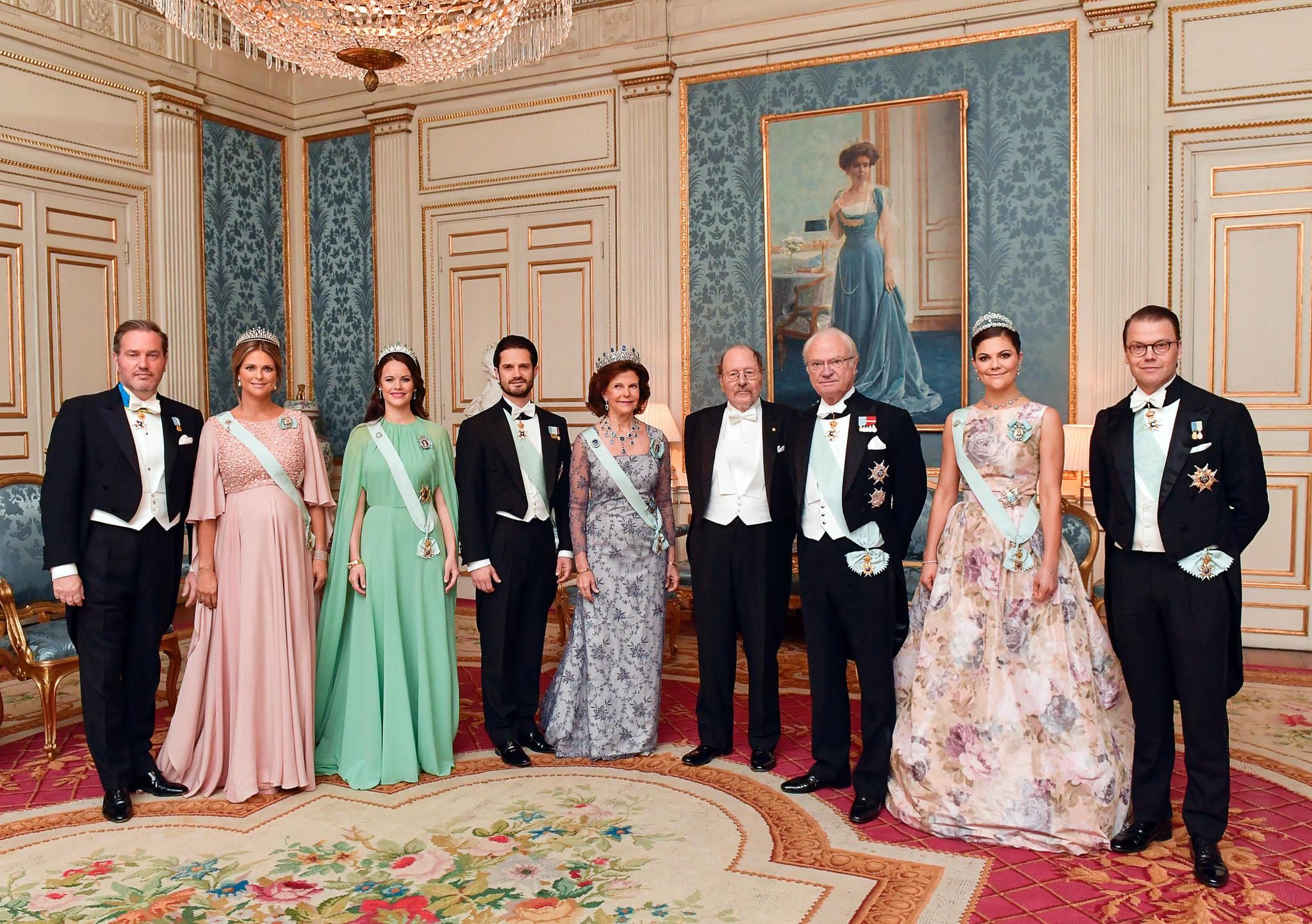 Auch Prinz Daniel steht auf dem Kleid seiner Ehefrau.