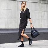 """Bloggerin Veronika Heilbrunner trägt ihre """"Bancroft"""" Handtasche zum coolen Midi-Kleid und Sneaker."""