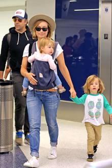 12. Dezember 2017  Das Schauspielerehepaar Jason Sudeikis und Olivia Wilde werden mit ihren süßen Zwergen Daisy und Otis am Flughafen in Los Angeles gesichtet.