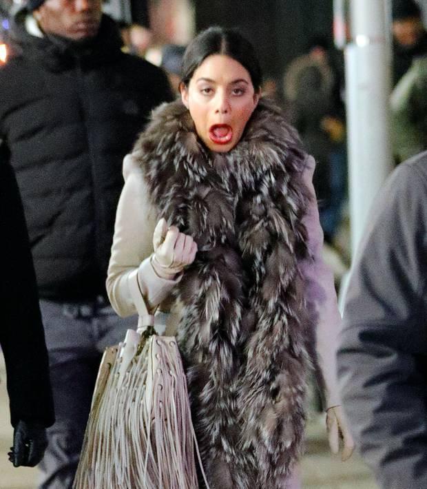 """Die Arbeit am Set von """"Second Act"""" scheint etwas lang geworden zu sein: Als Schauspielerin Vanessa Hudgens plötzlich gähnen muss, schlägt der böse Fotograf zu und sichert sich diese ungewollte aber dafür umso lustigere Grimasse."""