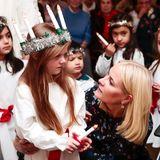 13. Dezember 2017  Kronprinzessin Mette-Marit beim Weihnachtsbesuch im Lörenskog Pflegeheim, wo eine kleine Lucia ein wenig quengelig zu sein scheint.