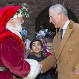 8. Dezember 2017  Ein gut gelaunter Prinz Charles trifft im Castell Coch den Weihnachtsmann. Die Begegnung des Prinzen mit dem bärtigen Mann erregt Aufsehen: Der Junge im Hintergrund scheint sich zu fragen, wer von beiden echt ist ...