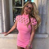 """Neonpink, Gitter-Dekolleté und super kurzer Schnitt - diesem Kleid könnte man ebenfalls den Stempel """"billig"""" verpassen. Dabei ist Britneys Lifestyle alles andere als günstig. 9 Millionen Euro soll sie im vergangenen Jahr ausgegeben haben."""