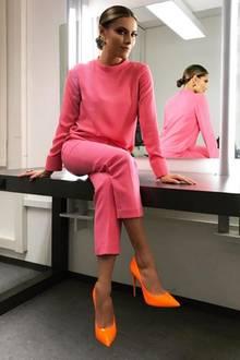"""Für eine Werbekampagne von """"Lottohelden"""" ließ sich Sophia Thomalla ans Kreuz nageln. Für diese eher fragwürdige Aktion wurde sie von einigen Seiten kritisiert. Auf einem neuen Post lächelt sie ihren Kritikern im Thomalla-Style ganz einfach ins Gesicht. Ihr rosafarbener Zweiteiler und ihre orangefarbenen Pumps geben auch keinen Anlass zur Kritik."""