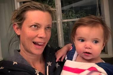 14. Dezember 2017  Eine sichtbar müde und genervte Amy Smart während der täglichen Pflichten einer jungen Mutter. Tochter Flora hat sich eine Erkältung eingefangen und lehrt der Schauspielerin gerade, was Geduld eigentlich wirklich bedeutet.