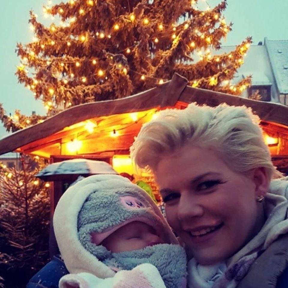Mit ihrer süßen Mia Rose besucht Melanie Müller den Weihnachtsmarkt in Grimma.