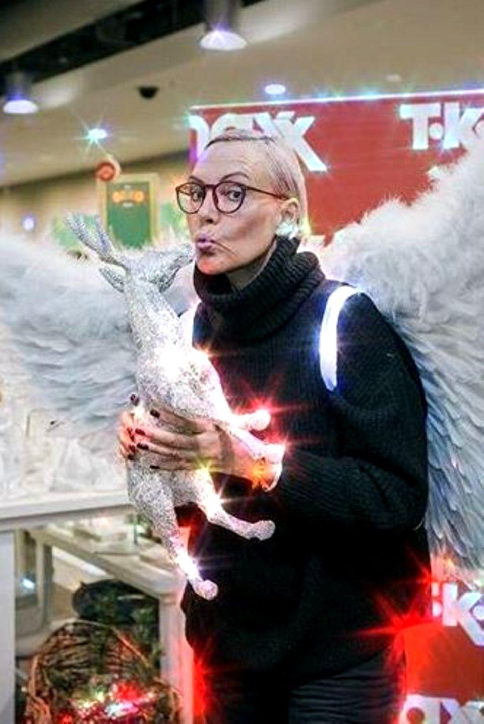 Natascha Ochsenknecht sucht sich passende Weihnachtsdekoration aus.
