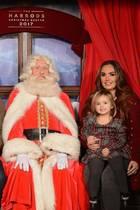Jay Rutland und Tamara Ecclestone müssen mit aufs Bild: Die kleine Sophia freut sich über ein Foto mit dem Weihnachtsmann.